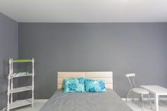 Интерьер спальни серый тон Стоковые Изображения