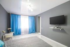 Интерьер спальни Современный интерьер спальни минималистичного стиля в серых тонах Стоковые Изображения RF