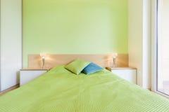 Интерьер спальни с зеленой стеной Стоковая Фотография RF