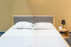 Интерьер спальни с кроватью и подушкой уютного дома Стоковые Фотографии RF