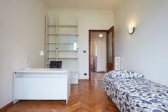 Интерьер спальни с односпальной кроватью в нормальной квартире Стоковые Фото