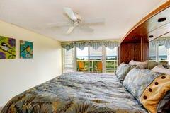 Интерьер спальни с палубой выхода Стоковые Изображения