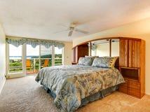 Интерьер спальни с палубой выхода Стоковое Изображение RF