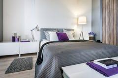 Интерьер спальни с серой кроватью Стоковые Фотографии RF