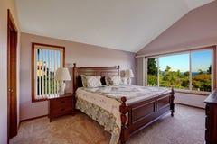 Интерьер спальни хозяев в свете - розовом цвете с сценарным windown Стоковое Изображение