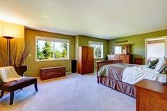 Интерьер спальни хозяев в ярком ом-зелен цвете Стоковое Изображение