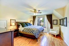 Интерьер спальни хозяев с красивой двуспальной кроватью Стоковые Изображения RF