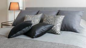 Интерьер спальни Sylish с чернотой сделал по образцу подушки на кровати Стоковое Фото