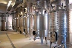 Интерьер стального промышленного машинного оборудования на производстве вина стоковое изображение