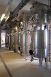 Интерьер стального промышленного машинного оборудования на производстве вина стоковая фотография