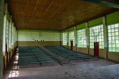 Интерьер старого загубленного конференц-зала Стоковое Фото