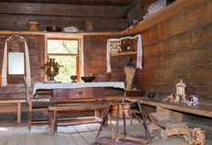 Интерьер старого сельского деревянного дома Стоковое Изображение RF