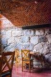 Интерьер старой харчевни, традиционное старое кафе Польши с chauirs кирпичной стены и таблица, ghotic кафе стиля Стоковые Изображения RF