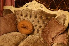 Интерьер стиля винтажный - софа и подушки стоковые фото
