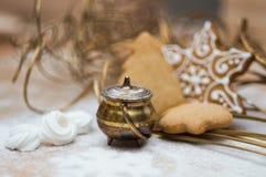 Интерьер стиля рождества с помадками и медным котлом стоковое фото rf