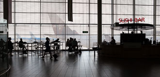 интерьер строба авиапорта к дорожке Стоковая Фотография