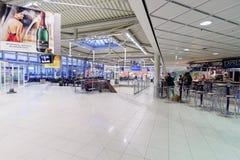 интерьер строба авиапорта к дорожке Стоковая Фотография RF