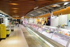 Интерьер супермаркета еды Стоковое фото RF