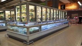 Интерьер супермаркета Kaufland с refrigerateurs полными продуктов стоковая фотография