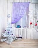 Интерьер с белой рождественской елкой Стоковые Фото