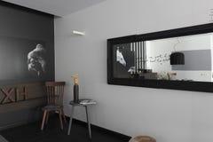 Интерьер с изображениями лошадей на monochrome стене Стоковые Изображения RF