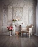 Интерьер с серыми предпосылкой, камином и цветками fretwork стоковая фотография