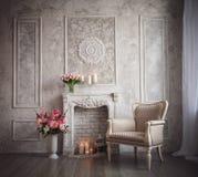 Интерьер с серыми предпосылкой, камином и цветками fretwork стоковые фото
