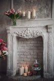 Интерьер с серыми предпосылкой, камином и цветками fretwork стоковое изображение