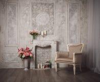 Интерьер с серыми предпосылкой, камином и цветками fretwork стоковое фото