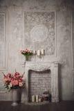 Интерьер с серыми предпосылкой, камином и цветками fretwork стоковая фотография rf