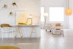 Интерьер с стильным освещением стоковые изображения