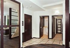 интерьер твёрдой древесины залы дверей много самомоднейшие Стоковое Изображение