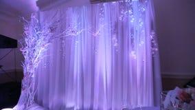 Интерьер украшения залы свадьбы готового для гостей Красивая комната для церемоний и свадеб лестницы портрета платья принципиальн видеоматериал
