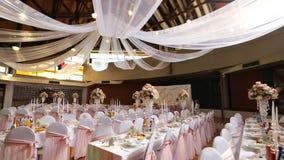Интерьер украшения залы свадьбы готового для гостей Красивая комната для церемоний и свадеб лестницы портрета платья принципиальн акции видеоматериалы