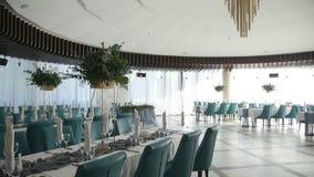 Интерьер украшения залы свадьбы готового для гостей Красивая комната для церемоний и свадеб розы перлы приглашения украшения деко сток-видео