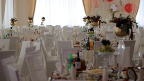 Интерьер украшения залы свадьбы готового для гостей Таблица для новобрачных красива и стильно украшена видеоматериал
