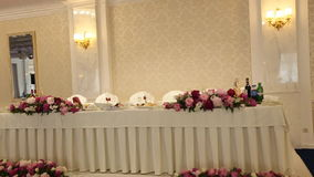 Интерьер украшения залы свадьбы готового для гостей акции видеоматериалы