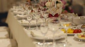 Интерьер украшения залы свадьбы готового для гостей сток-видео