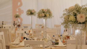 Интерьер украшения залы свадьбы готового для гостей видеоматериал