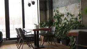 Интерьер уютного и современного ресторана видеоматериал