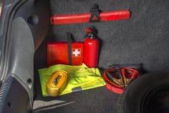 Интерьер хобота автомобиля в котором бортовая аптечка, огнетушитель, предупреждающий треугольник, отражательный жилет, звезда стоковое фото rf