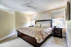 Интерьер цвета слоновой кости спальни с мебелью темного коричневого цвета Стоковые Изображения
