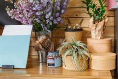 Интерьер цветочного магазина, мелкий бизнес студии флористического дизайна Стоковое фото RF
