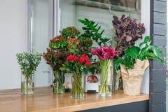 Интерьер цветочного магазина, мелкий бизнес студии флористического дизайна стоковые изображения