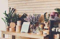 Интерьер цветочного магазина, мелкий бизнес студии флористического дизайна Стоковая Фотография RF