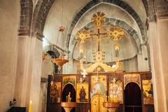 интерьер церков Значки, люстра, свечи в малой церков Стоковое фото RF