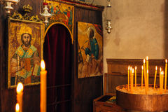 интерьер церков Значки, люстра, свечи в малой церков Стоковое Изображение RF