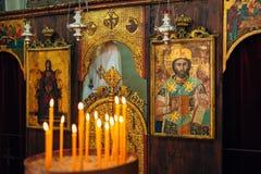 интерьер церков Значки, люстра, свечи в малой церков Стоковая Фотография