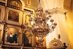 интерьер церков Значки, люстра, свечи в малой церков Стоковые Изображения