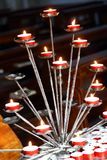 Интерьер церков с освещенными свечами во время молитв веры Стоковые Изображения RF